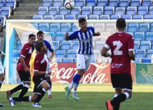 Carlos Delgado despeja un balón ante el Cartagena. (Madrid)