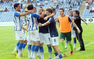 Jugadores del Recreativo celebrando el gol de la victoria. (Espínola)