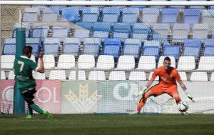Gol de Melchor del Algeciras ante Rubén. (Espínola)