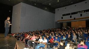 El Primer Teniente de Alcalde explica a lso escolares en que consiste esta actividad