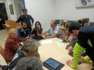 El concejal y el responsable de la Biblioteca con los usuarios durante la actividad