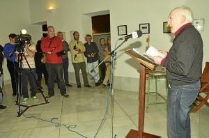 Joaquin GOmez leyendo algunos poemas.