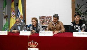 La Alcaldesa en el centro junto al concejal de Juventud, y los representantes del Comedor Solidario y Creando Futuro
