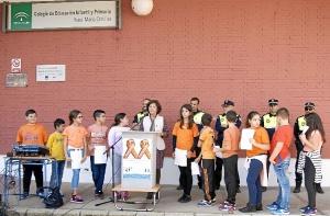 La concejala dirige una palabras a los escolares