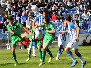 Arthuro, cebeceando a gol ante el Villanovense. (Espínola)