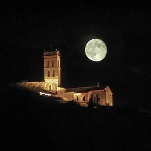 Mezquita de Almonaster bajo la luz de la luna.