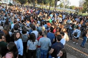grupo de universitarios durante la fiesta