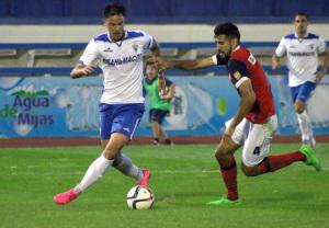 Álvaro Moreno presiona a Gerrit del Marbella.