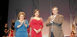 Paloma Lopez, Reina del Carnaval 2016, junto a la Alcaldesa y el concejal de Festejos