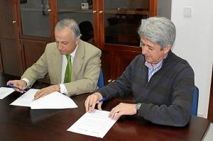 Presidente-Hermandad-y-el-Dtor-Refineria-firmando-el-convenio