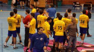 Jugadores y cuerpo técnico del PAN Moguer celebrando la victoria.