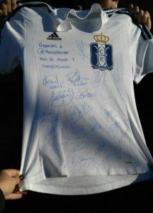 Camiseta que los jugadores del Recreativo han regelado a #Todopormirecre.