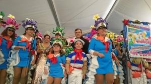 El Primer Teniente de Alcalde con uno de los grupos de disfraces ganadores