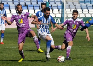 Mario Marín marchándose de dos jugadores del Jaén. (Espínola)