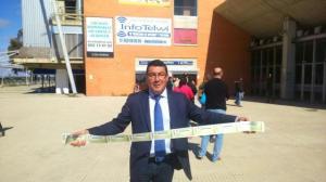 El alcalde de San Bartolomé de la Torre, comprando entradas del Recreativo de Huelva.