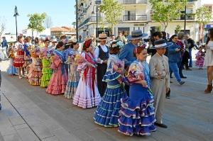 La damas falleras y sus acompañantes se dirigen hacia la calle San José.