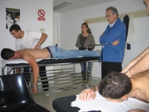 Fisioterapeuta-atiende-a-un-costalero.1