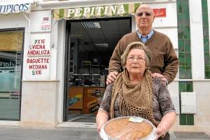 Pepitina, con su marido Pepe y una de sus exquisitas cocas