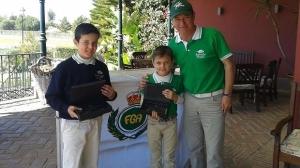 Yago, en el centro de la imagen con su hermano y su padre.