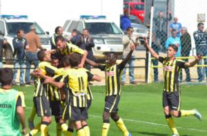 Jugadores del San Roque de Lepe celebrando los goles de la victoria.