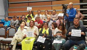 Protesta de afectados por el ERE en el pleno de Isla Cristina.
