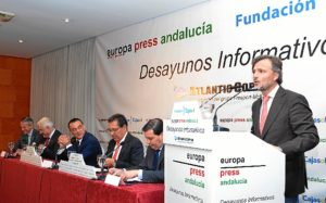 El consejero Fiscal durante la presentación del conferenciante. (Foto: HuelvaYa)