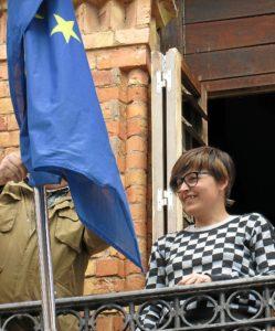 Isabel Lancha, en el momento de arriar la bandera de la UE.