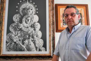 Isla Cristina. Francisco Moreno, junto a una gran imagen de la Virgen de su restaurante