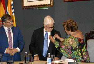 La Alcaldesa impone la Medalla dela Ciudad al escultor Carlos Silva