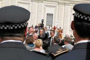 audiencia papa a juegos policias y bomberos (2)