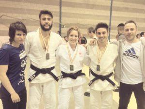 Cinta García, con judocas del Huelva TSV.