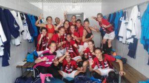 Jugadoras del Cajasol Sporting celebrando la victoria en Valencia.