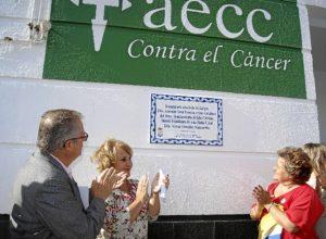 De derecha a izquierda, la Alcaldesa, la presidenta de la Junta Local de la AECC y el delegado de Salud descubren el azulejo