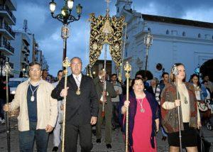 El Primer Teniente de Alcalde, primero por la izquierda junto al Presidente del Hermandad y miembros de la Junta de Gobierno presidiendo el traslado