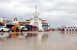 Imagen de cómo estaba la parte delantera de la ermita este martes a las 12.30 horas. (Foto: HuelvaYa)