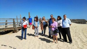 La Alcaldesa y las Concejalas de Playas y Turismos y el concejal de los Servicios Generales junto a Director Provincial de Costas ayer durante la visita
