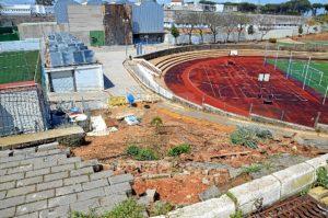 Muro caído y actualmente en reconstrucción en la Ciudad Deportiva.(Foto: HuelvaYa)