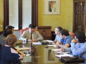 Reunión del alcalde de Huelva, Gabriel Cruz, con representantes del Trust y Federación de Peñas.