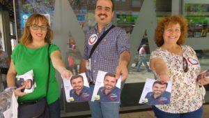 Daniel Hernando en un reparto de material electoral en Huelva