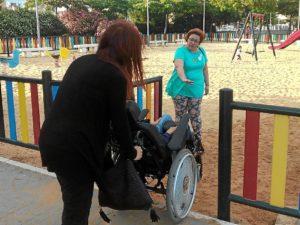 Monica Rossi en un parque infantil de Huelva con un menor en silla de ruedas01