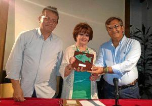 De derecha a izquierda, el Primer Teniente de Alcalde, la viuda de poeta y el ponente