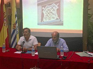 El concejal de Cultura, a la izquierda de la imagen, presenta al ponente