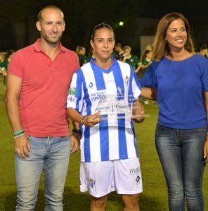 Anita recogiendo el trofeo del Memorial Alonso Larios.