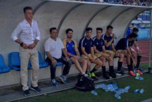Alejandro Ceballos, técnico del Recreativo de Huelva, en el banquillo de Marbella. (Javier del Camps)