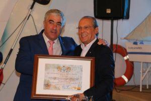 José Miguel Vázquez, presidente del Real Club Marítimo, con el presidente de la Cruz Roja, Juan José Blanco.