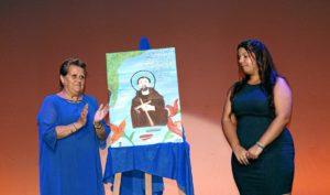 La Alcaldesa, a la izquierda junto a la autora del cartel