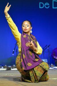 Una de las danzantes del grupo de Filipinas.