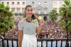 Carolina muestra la medalla de oro en el balcón del Ayuntamiento de Huelva.