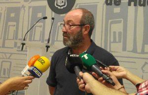 Pedro Jimenez antes de comenzar un pleno del Ayuntamiento de Huelva