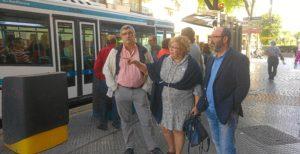 Concejales de IU ante unos de los autobuses de Emtusa.